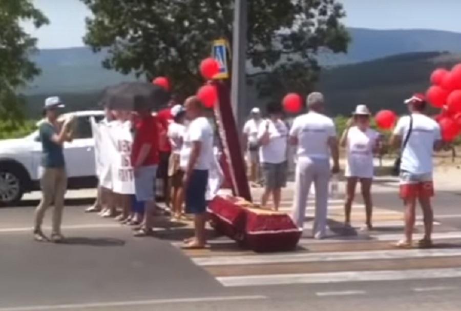 Гробовая акция протеста в Геленджике.. Фото Скрин видео с YouTube-канала Ильи Дердена.
