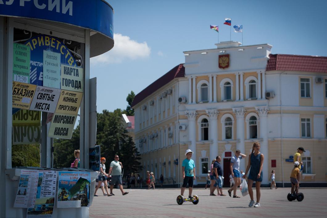 Мэрия Геленджика фасадом выходит прямо на набережную, по которой прогуливаются многочисленные отдыхающие. Фото: Алиса Кустикова / «Новая газета»