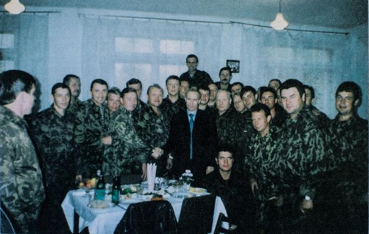 Военный летчик Андрей Еремеев, на фото жмет руку мужчине в пальто. Фото: Алина Десятниченко, специально для «Новой»